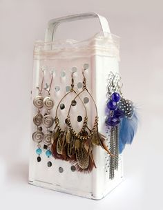 How to organize earrings  If you have an old grater, which for a long time you do not use it, use it to to organize earrings.