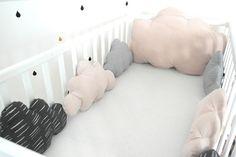 Un petit air rétro pour ce grand tour de lit évolutif nuages, dans les tons gris et beige