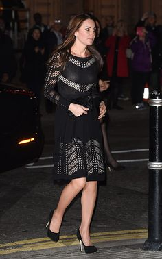 Duquesa Cambridge. 'Look': La Duquesa optó por un vestido negro con deshilachados que crean panales 'nude' por todo el cuerpo, de Temperley London (colección 'Pre-Fall' 2014). Lo combinaba con un 'clutch' cuajados de abalorios, unos pendientes de diamantes, con los que ya pudimos verla en la boda de Zara Phillips y en el 'Día de Canadá' en 2011; y unos 'pumps' de ante negro con plataforma, modelo 'Cosmic' de Jimmy Choo.