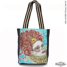 Rainha de Copas, bolsa tote da coleção Fantasias, produzida a partir das aquarelas de Aline Pascholati. O objetivo da artista é mostrar o lado mágico da vida, a partir de personagens enigmáticos e imagens bem coloridas.