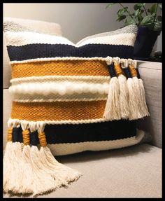 Weaving Loom Diy, Weaving Art, Weaving Patterns, Tapestry Weaving, Hand Weaving, Sewing Pillows, Diy Pillows, Decorative Pillows, Diy Pillow Covers