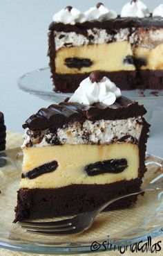 Oreo Dream Extreme Cheesecake recipe This is my version of The Cheesecake Factory's Oreo Dream Extreme Cheesecake - a real food porn and a divine dessert Cheesecake Desserts, Dessert Recipes, Oreo Mousse, Cakes Plus, Just Cakes, Eat Dessert First, Food Cakes, Savoury Cake, Homemade Cakes