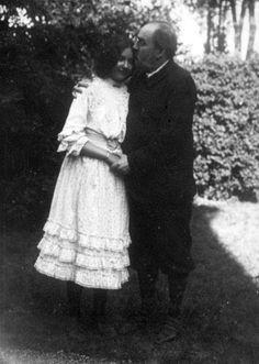 feuille-d-automne:  Emile Zola embrassant sa fille Denise , 1902.