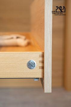 Unser Qualitätsmerkmal ist hier auf einer Lade zu erkenen, so erkennen auch Laien auf dem ersten Blick unsere Möbel.  By Tischlerei Hindinger Carpentry, Bedroom, Wood