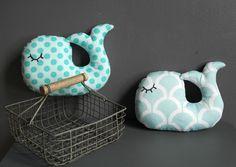 Un air marin avec ces jolies baleines au tissu vintage et coloré : Jeux, jouets par 3-pommes-dans-un-panier