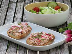 Tartines de pain aux céréales, rillettes de saumon à laneth