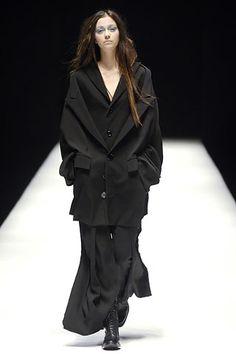 Yohji Yamamoto Fall 2006 Ready-to-Wear Collection Slideshow on Style.com