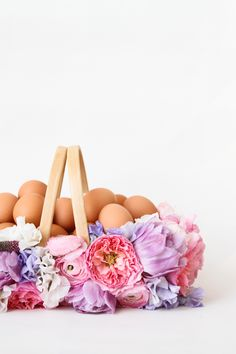 Go wild this Easter! We've curated 63 easy DIY Easter decorations for you. Easter wreaths, centrepieces, or even DIY Easter party ideas, we have everything! Diy Osterschmuck, Easy Diy Crafts, Diy Craft Projects, Easter Dinner, Easter Brunch, Easter Party, Easter Baskets To Make, Diy Ostern, Diy Easter Decorations
