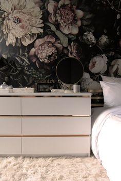 Storblommig tapet Fin fin tips för dig med liten budget men som älskar glamour och elegans. Storblommig tapet, stramas upp med en stilren kantig byrå, och får dekorativ elegans med mässingslister....