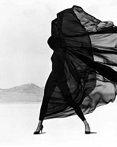Known for his startling black and white images of supermodels such as Naomi Campbell and Cindy Crawford, and celebrity portraits, Herb Ritts's fashion photography depicted the human body with bold definition. Richard Avedon, Dark Rose, Image Mode, Herb Ritts, Foto Fashion, 90s Fashion, Street Fashion, Fashion Art, Fashion Music