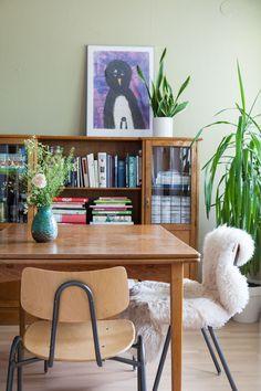 Vanhan Herttoniemen kerrostalossa asutaan talon aikataulun hengen mukaisesti ja värikylläisesti. Decor, Furniture, Home, Corner Desk, Home Decor, Desk