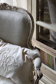 L'Atelier d'Anduze: un beau drap brodé en lin, et vous avez un coussin magnifique
