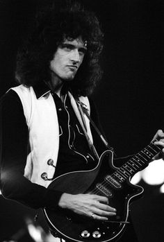 Brian May performs with Queen at the Oakland Coliseum in December. Discografia Queen, Queen Band, I Am A Queen, Save The Queen, Queen Mercury, Queen Freddie Mercury, John Deacon, Adam Lambert, Oakland Coliseum