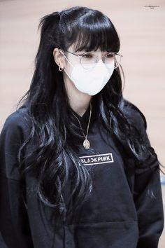 Jennie Blackpink, Blackpink Lisa, South Korean Girls, Korean Girl Groups, Black Hair Aesthetic, Lisa Blackpink Wallpaper, Black Pink Kpop, Blackpink Photos, Blackpink Fashion