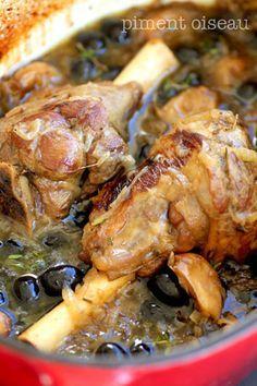 Lamb mice confit with garlic and olives - Bird pepper Lamb Recipes, Meat Recipes, Cooking Recipes, Healthy Recipes, Cuisine Diverse, Pub Food, No Cook Meals, Food Inspiration, Good Food