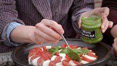 Pesta — Recepty —(bazalkové, rajčatové, petrželové, koriandrové)//  Klasické bazalkové pesto: • ½ hrnku piniových oříšků • 2 hrnky lístků bazalky • ½ hrnku strouhaného parmezánu • ½ hrnku extra panenského olivového oleje • 1 stroužek česneku • 1 lžička citronové šťávy • mořská sůl • čerstvě mletý pepř.  —  Pesto ze sušených rajčat:   • 1 hrnek sušených rajčat • ⅓ hrnku piniových ořechů • 2 stroužky česneku • ⅓ hrnku strouhaného parmeánu • ½ hrnku extra panenského olivového oleje.
