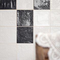 Bucchero har en stark dekorativ känsla utifrån plattans struktur i hög och låg relief.