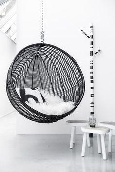 De hangstoel in het interieur is een populaire inricht trend van het moment! De hangstoel is heel populair en kan overal opgehangen worden, inspirerend!