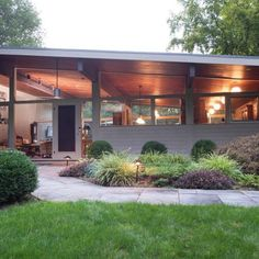 Mid Century Modern House - long, low-slung, floor-to-ceiling windows, open layout. That summary also fits some prairie-style residences (which came earlier) and cattle ranch houses, which have some overlap with mid-century modern. Mid Century Ranch, Mid Century House, Mid Century Modern Landscaping, Mid Century Exterior, Modern Contemporary Homes, Modern Homes, Contemporary Bedroom, Modern Landscape Design, Mid Century Modern Design