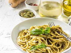 Błyskawiczne obiady to to, co lubimy najbardziej. Po pracy nie chce się stać przy garach... Makaron zawsze ratuje sytuację. Dziś przedstawiamy pomysły na błyskawiczne spaghetti. Smacznego! Spaghetti, Pesto, Ethnic Recipes, Food, Essen, Meals, Yemek, Noodle, Eten
