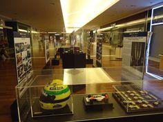 """Em homenagem aos 20 anos da morte de Ayrton Senna, a exposição """"Legado de um Tricampeão"""" ocupa a praça de eventos do Boulevard Shopping, até o dia 30 de março. A visitação acontece de segunda-feira a domingo, das 10h às 22h, com entrada Catraca Livre."""
