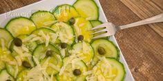 Receita de Carpaccio de abobrinha com molho de mostarda e alcaparras. Como fazer Carpaccio de abobrinha italiana, facil e rápido. Sprouts, Zucchini, Vegetables, Food, Camo, Mustard Dressing, Salads, Sauces, Carpaccio Recipe