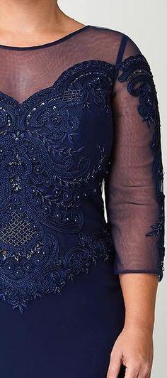Vestido longo Thorne, de manga 3/4, o busto é de renda com tule bordado de frios e pedraria e a saia é reta de crepe acetinado.  Ideal para mulheres que querem esconder os braços, a saia reta ajuda a ...