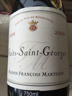 As uvas, de vinhedos no norte de Nuits-Saint-Georges, são desengaçadas e fermentadas em tanques abertos por 3 a 4 semanas. O vinho então amadurece em barricas de carvalho por 18 meses. De vermelho intenso, possui aroma de frutas vermelhas, especiarias e alcaçuz. Adquira este e outros vinhos em http://www.rbgvinhos.com.br/adega/