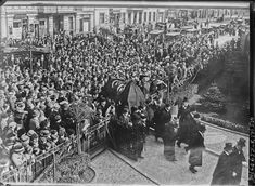 #TalatPaşa'nın  #Cenaze Töreni, Mart 1921 Berlin. Tabut üzerinde Ay-Yıldızlı Bayraklar ve önde bir imam...