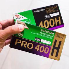 Ça y est, elles sont là ! Les Fuji pro 400h en format 120, pour le Yashica et le Mamiya. J'ai vraiment hâte de voir le rendu ! Mais avant ça, il va falloir shooter, et avec celles-ci, ce sera essentiellement du portrait ;D #fujipro400h #120film #mamiya645 #filmcamerasinternational #filmisnotdead #ishootfilm #analog #fujifilm
