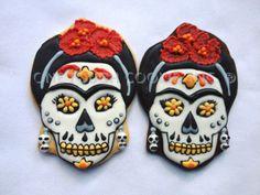 skulls - Day of te Dead - Cookies - Halloween - Frida de los Muertos Fancy Cookies, Iced Cookies, Cute Cookies, Royal Icing Cookies, Sugar Cookies, Halloween Party Snacks, Halloween Desserts, Halloween Cookies, Easy Halloween