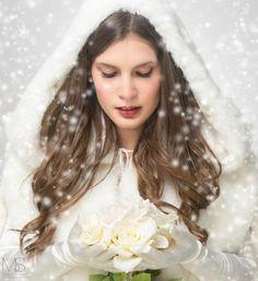 Bride under the snow #weddingdress #abitodasposa #matrimonio #nozze #abitidasposatrento #trento #abitidasposabolzano #atelier #ateliertrento #sartoria