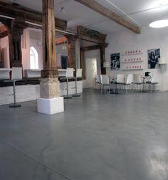 Шоурум Selmer Pandomo Floor, Polished Cement, Floor Finishes, Flooring, Clinic, Interior, House, Sun, Home Flooring