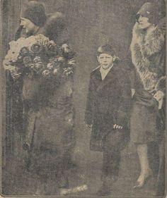 Micul Rege Mihai I și Regina Mamă Elena ai României, în vizită la mătușa sa, Regina Maria a Iugoslaviei…  Young King Michael of Romania and Queen-Mother Elena of Romania visiting his aunt, Queen Maria of Yugoslavia…