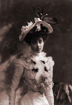 The young Consuelo Vanderbilt, left, and as the Duchess of Marlborough Edwardian Era, Edwardian Fashion, Vintage Photographs, Vintage Photos, Alva Vanderbilt, Poor Little Rich Girl, Charles Spencer, Blue Bloods, Royals