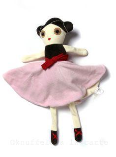 Dit is Anna, Anna ballerina, deze mooie knuffelpop is superzacht. Ze houdt van dansen en het liefst op haar eigen muziekje (onder haar zwierende rok zit een trekkoordje. Als je hieraan trekt speelt ze een mooi muziekje). Fijn voor het slapen gaan. Anna verdient een mooi plekje op baby's kamertje. Anna is gemaakt door het leuke merk Esthex.Het is erg leuk om Anna als kraamkado te geven, eventueel gecombineerd met onze cadeauservice. Ze wordt dan mooi verpakt in door jou gekozen pakpapier en…