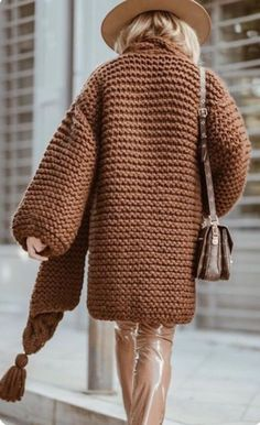 What can women wear with a cardigan? New 2019 - Page 17 of 45 - hairstylesofwomens. Chunky Cardigan, Poncho Sweater, Stylish Outfits, Cool Outfits, Fashion Outfits, Knit Fashion, Sweater Fashion, Crochet One Piece, Pom Poms