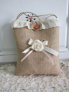 PANDILLA BASURITA... DECORACION ECONOMICA, RECICLADOS, RECUPERADOS, RESTAURADOS… Burlap Projects, Burlap Crafts, Sew Wallet, Hand Embroidery Art, Bordados E Cia, Net Bag, Jute Bags, Crochet Handbags, Gift Bags