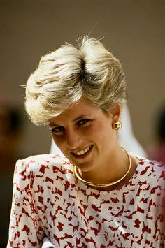 Diana wore her gold omega necklace and these large, yellow gold round button earrings on many occasions, including here on November 18, 1986 in Riyadh, Saudi Arabia.