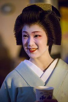 geiko 芸妓 tsunemomo つね桃 gion higashi 祇園東 KYOTO JAPAN