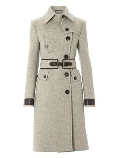 There's something about the structure of this coat - you could look presentable even in sweats.OMG I waaaaant this coat! Coat Outfit, Cute Coats, Winter Mode, Matches Fashion, Mode Inspiration, Mode Style, Sweater Weather, Autumn Winter Fashion, Ideias Fashion