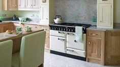 110 cm. breed #falcon #fornuis geplaatst in een landelijke keuken. Dit creme kleurige fornuis heeft drie ovens met daarboven een gas kookgedeelte. De #Elan 110 wordt verder gekenmerkt door de typische grepen en bijpassende knoppen. (foto: Falcon Nederland)