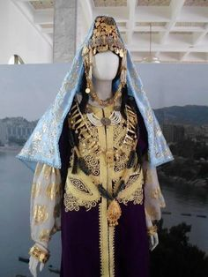 Caftan court(qat) avec la dlala, formant la tenue nuptiale de la mariée d'Annaba. Caftan Algeria