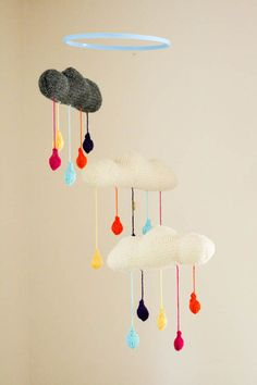 Blog A La Carte: Ashley took a pattern from Mochimochiland and created this cute knitted cloud mobile.