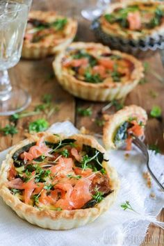 Mini quiche met gerookte zalm, spinazie en basilicum – Little Spoon Mini quiche with smoked salmon, spinach and basil Mini Quiches, Easy Smoothie Recipes, Snack Recipes, Cooking Recipes, Tarte Tartin, Good Food, Yummy Food, Coconut Recipes, High Tea
