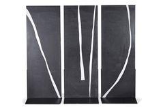 Carla Lavatelli (1928-2006), Maps of Light, vers 1971-1979, triptyque de marbre noir de Belgique incrusté sur ses deux faces de marbre de Carrare Altissimo, 230 x 80 cm chaque. Frais compris : 80 600 €. Vendredi 24 octobre, salle 5-6 - Drouot-Richelieu. Auction Art Rémy Le Fur & Associés SVV.