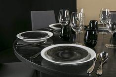 L'Art de la table by AKTUEL | Assiettes Mosaic, verres Spirit, gobelets DROP, couverts Ovation sur une table IVAN noire. #AKTUEL #artdelatable #vaisselle #location #design #evenement #evenementiel #black