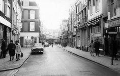 1965. De Steenweg. Links de 2e Buurkerksteeg; verderop links de Donkerstraat, utrecht