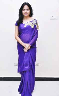 "Telugu singer Sunitha in purple designer saree at ""Naa bangaru thalli"" premiere show. Beauty was eye catchy in purple transparent plain saree. Indian Actress Images, Beautiful Indian Actress, Indian Beauty Saree, Indian Sarees, Indian Designer Outfits, Designer Dresses, Sneha Saree, Plain Saree, Dress Indian Style"