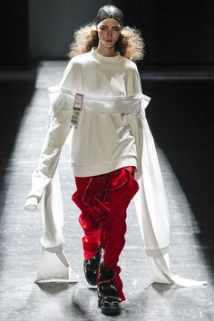 Hood By Air Fall 2016 Ready-to-Wear Fashion Show 1. unknown 2. 1pm (afternoon) 3. Vogue: http://www.vogue.com/fashion-shows/fall-2016-ready-to-wear/hood-by-air/slideshow/collection#26 4. loose fitting, looks comfortable, play on menswear, simple color scheme 5. unique draping, tomboy,